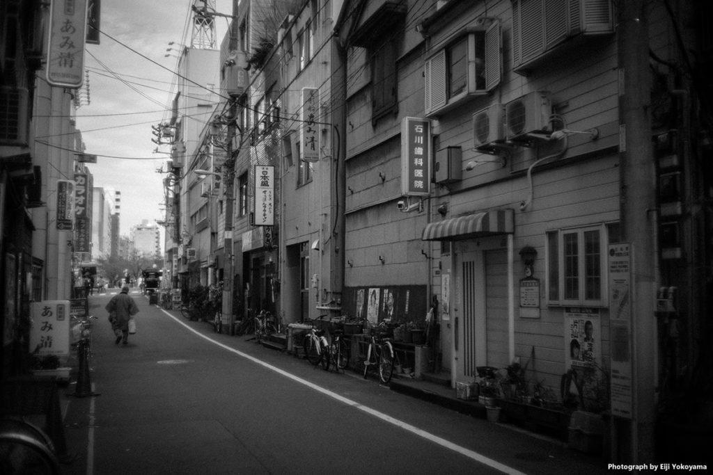 浅草、隅田川沿いの商店街。絞り開放。白黒の方が雰囲気出るような、、、、
