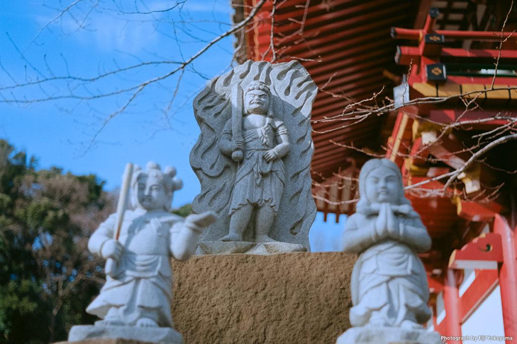 仁王門横の小さな石像。Leica M-A