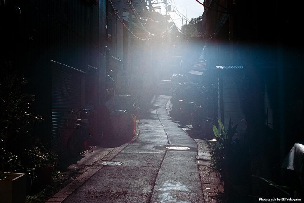 目黒不動尊近く、ちょっと良い感じの路地があったので。逆光でフレアかハレーション、わりと好きです。Leica M-A