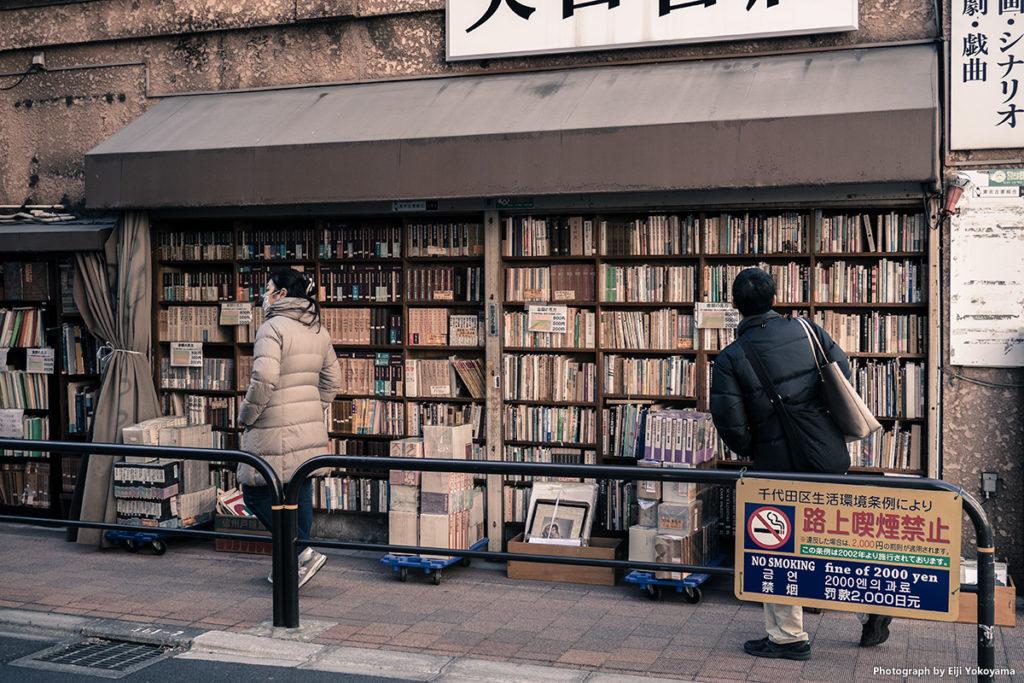 外壁の本棚。古本がぎっしり詰まっています。