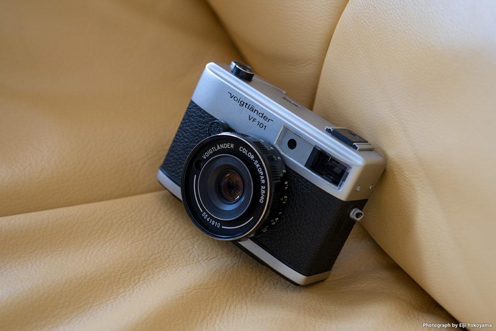 フォクトレンダー VF101、1974年発売。102mm x 73mm x 35mm。490g。レンズはColor-Skopar 40mm f/2.8。