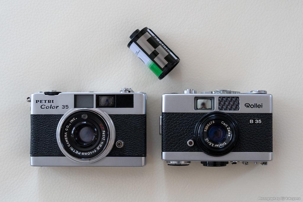 """ペトリカラー35とローライ35とのサイズ比較です。(写真のローライ35は""""B"""")"""