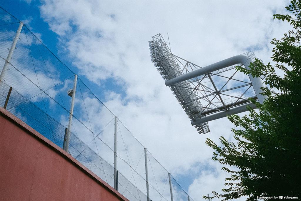 神宮球場、照明灯。オリジナルサイズ(1660万画素スキャン)ではネットの網目も見事に解像しています。フォクトレンダー VF101