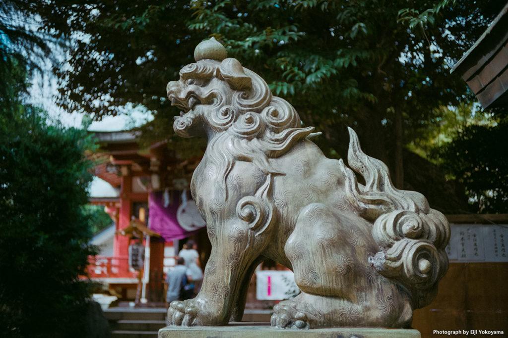 青山、熊野神社の狛犬。バックをボカしてみました。F2.8ではこれぐらいのボケです。フォクトレンダー VF101。