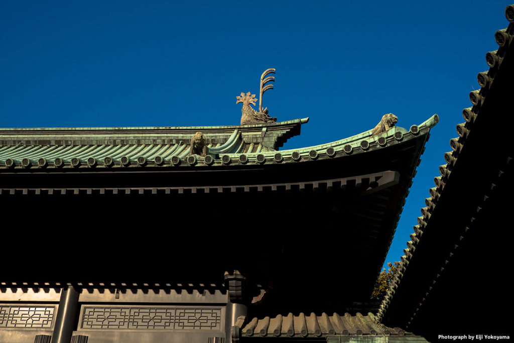 湯島聖堂の屋根。聖霊獣、鬼犾頭(きぎんとう)と鬼龍子(きりゅうし)。