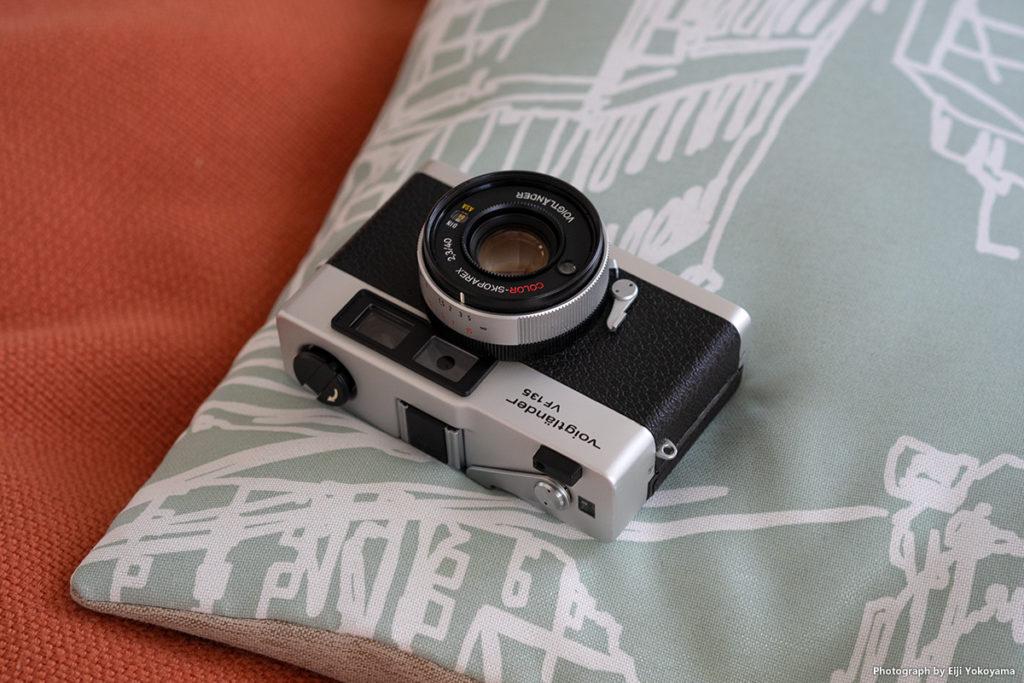フォクトレンダー VF135、1974年発売。112mm x 71mm x 32mm。355g。レンズはColor-Skoparex 40mm f/2.3。