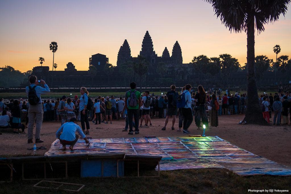 池の手前には夜明け前からアンコールワットの写り込みを撮る人でいっぱい。