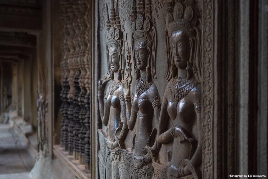 この彫刻、同じようなものが寺院内の随所に見られます。
