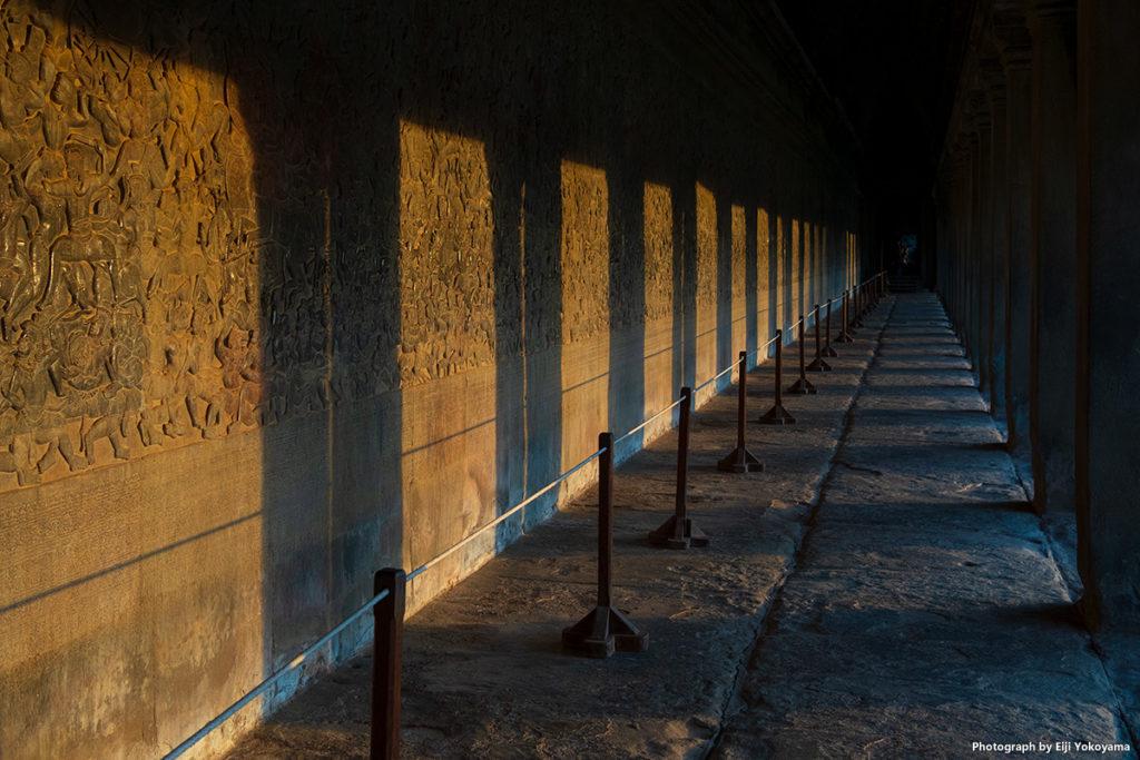 回廊の壁画に夕陽。