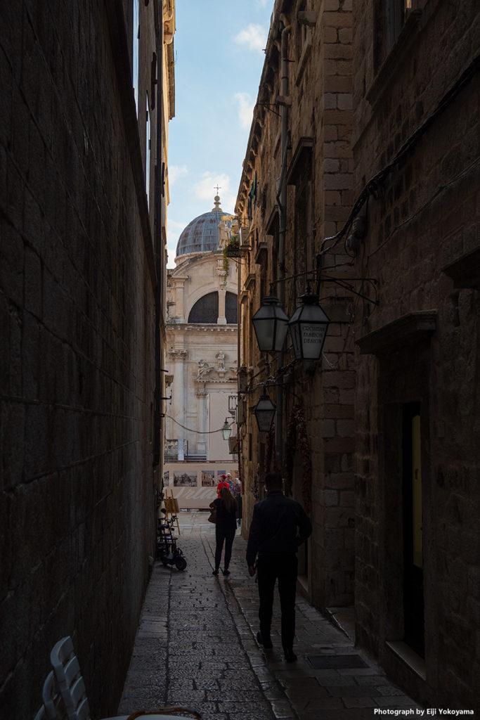 細い路地の先に大聖堂。