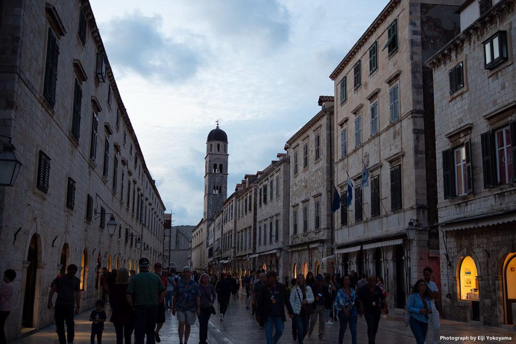 プラツァ大通り。観光客でいっぱい。
