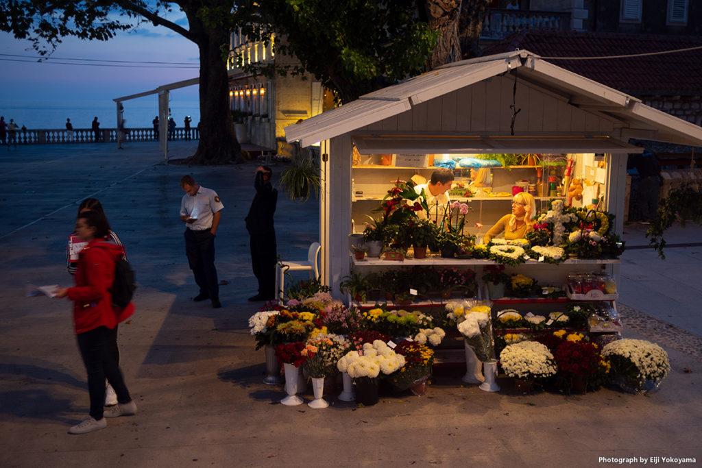 夕暮れ時、バス停横広場の花屋さん。