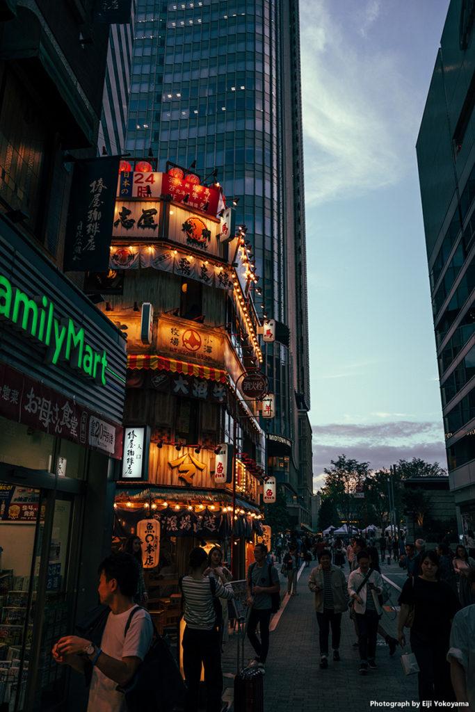 ガード沿いの道を一つ曲がると東京ミッドタウン日比谷。