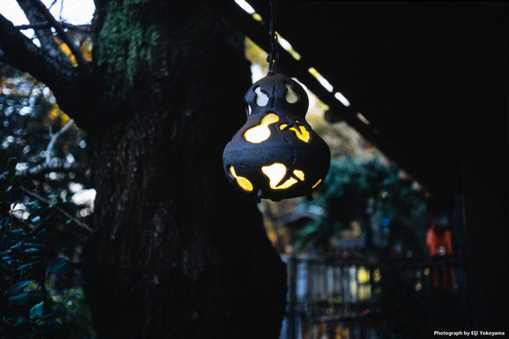 上野公園内、料理屋さんの灯。妙に気に入りました、この瓢箪。
