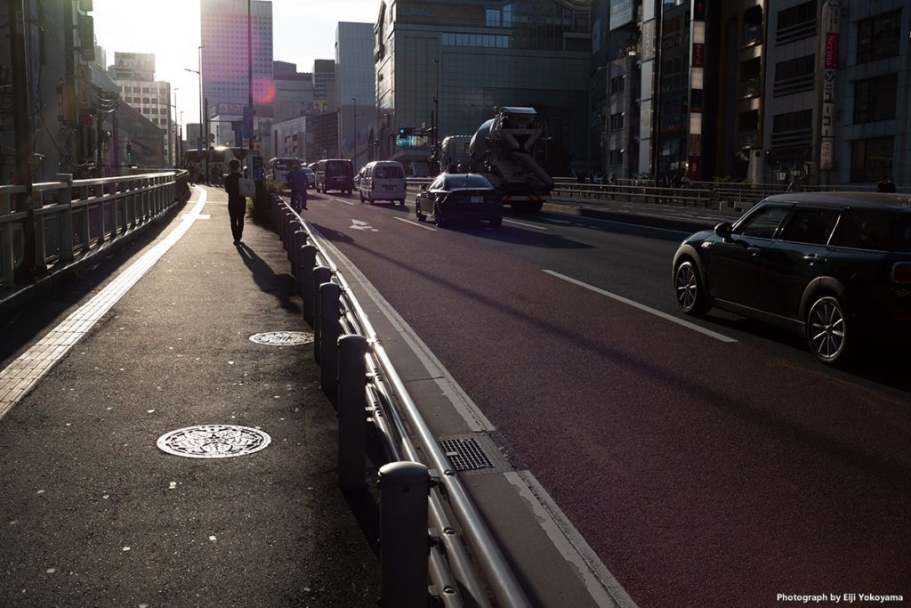 逆光。フレア、ゴーストは出にくい感じです。新宿にて。