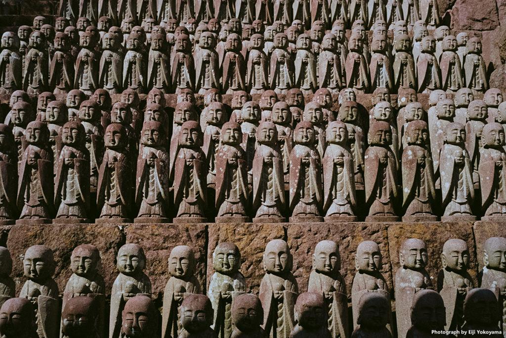 長谷寺、地蔵堂。ひな壇の地蔵群。