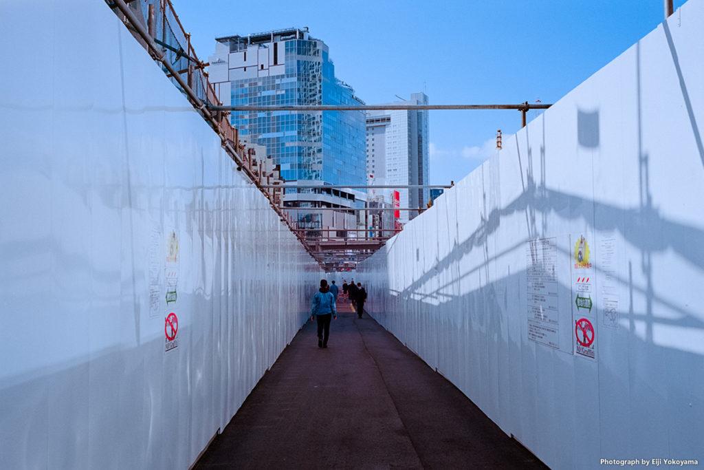 建築現場の仮設通路。ちょっと、デス・スターのアレを思い出します💦