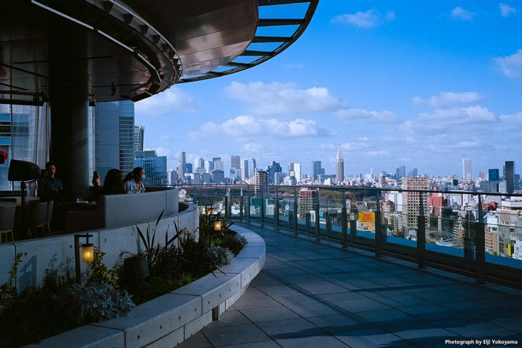 東急プラザ渋谷の17階屋上テラスから新宿方面を望む。