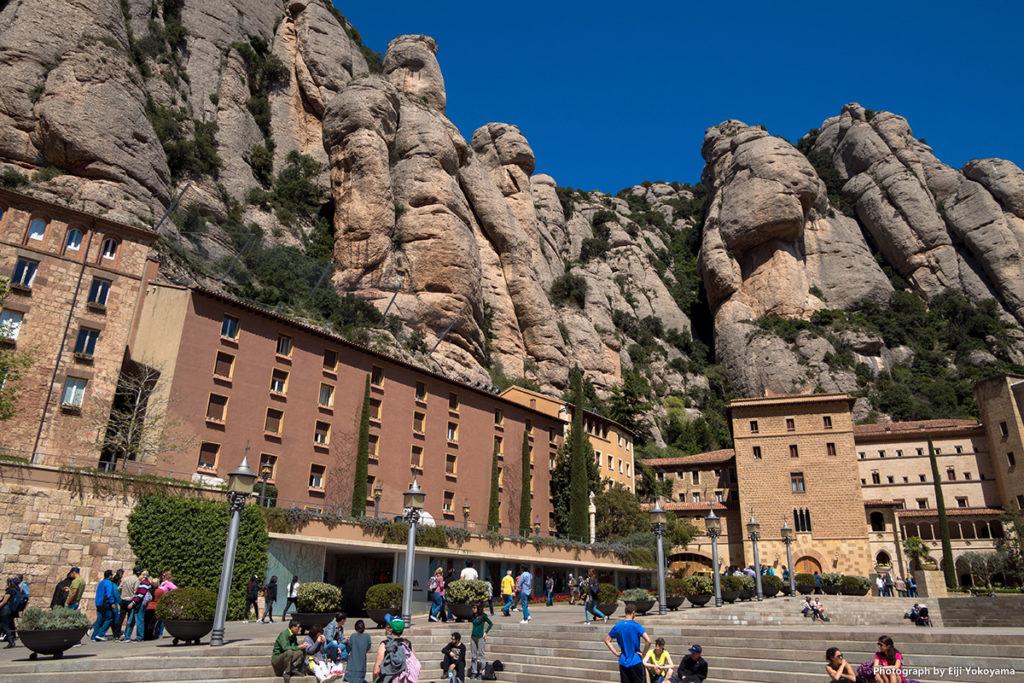 修道院と、背後にそびえる奇岩。
