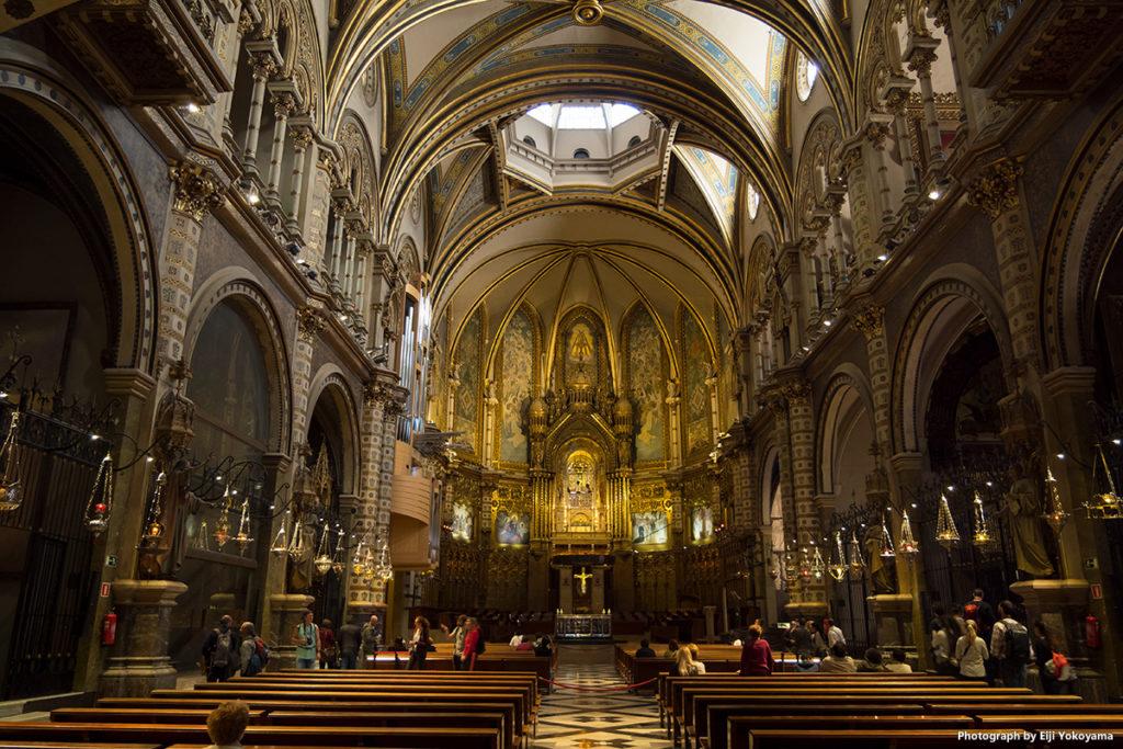 大聖堂内。外観の印象に比べ、意外と広い。