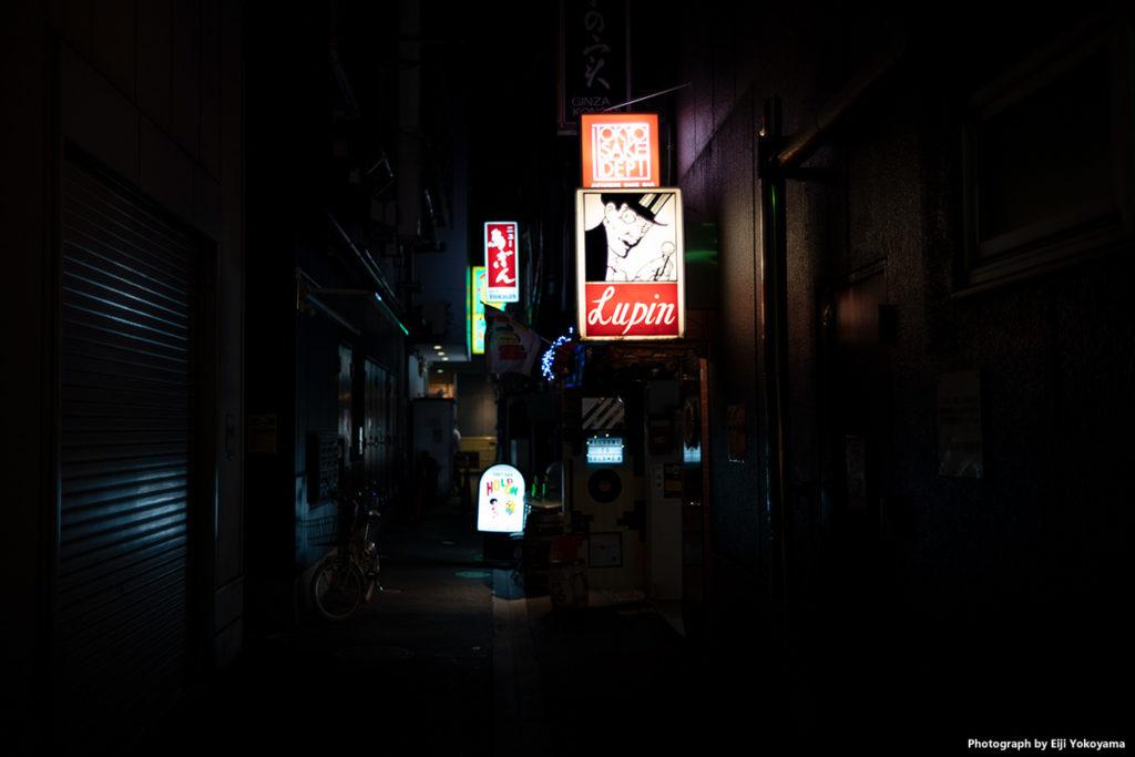 銀座、夜の路地裏。