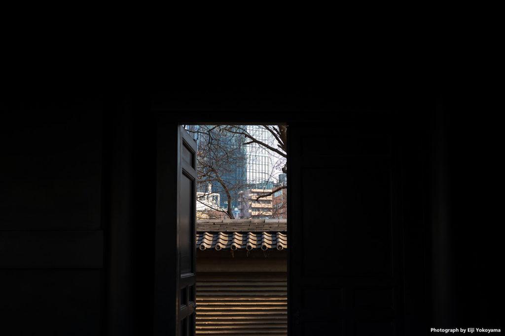 湯島聖堂。東廡の扉より。