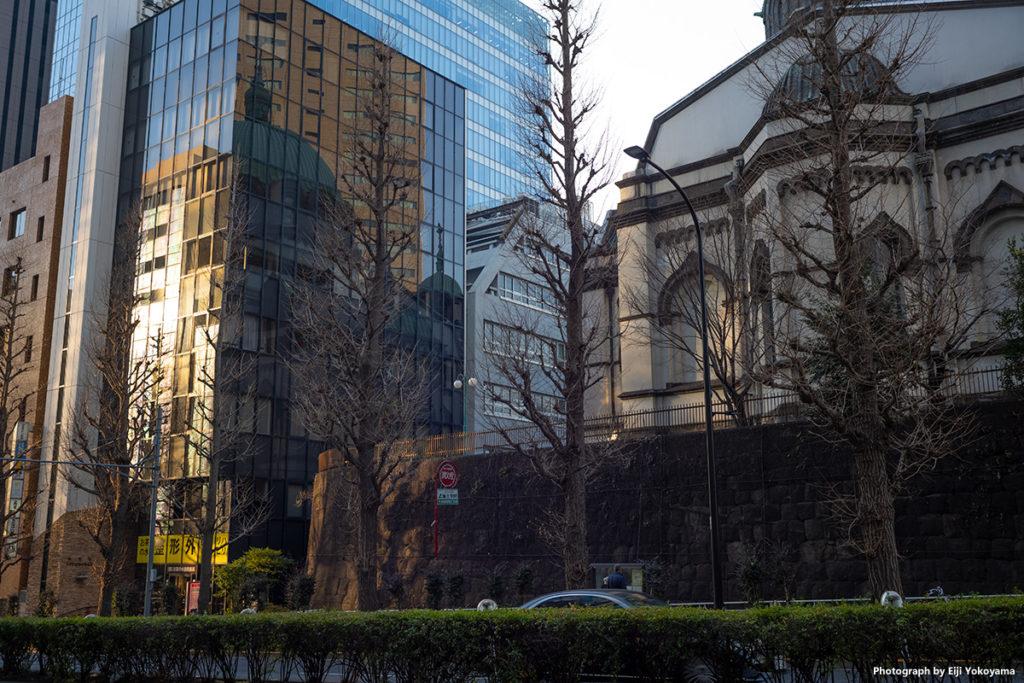 ニコライ堂。ビルのガラス面にドームが映っている。 正式名称は「東京復活大聖堂」というらしい。知らなかった、、、、