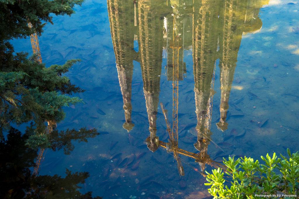 サグラダ・ファミリア。池に映る尖塔。