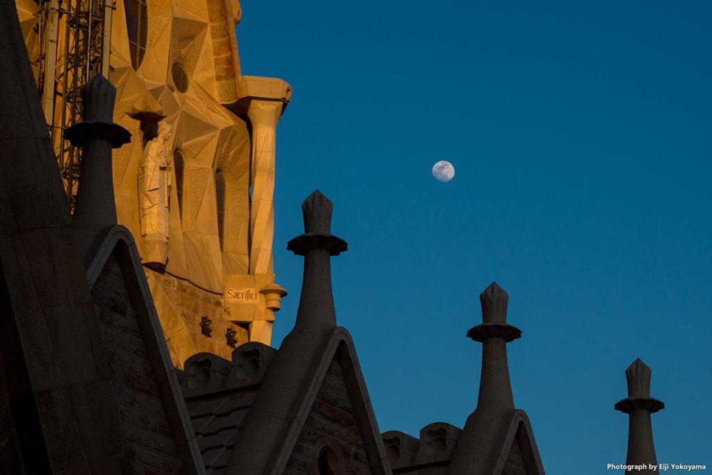 サグラダ・ファミリアと月。