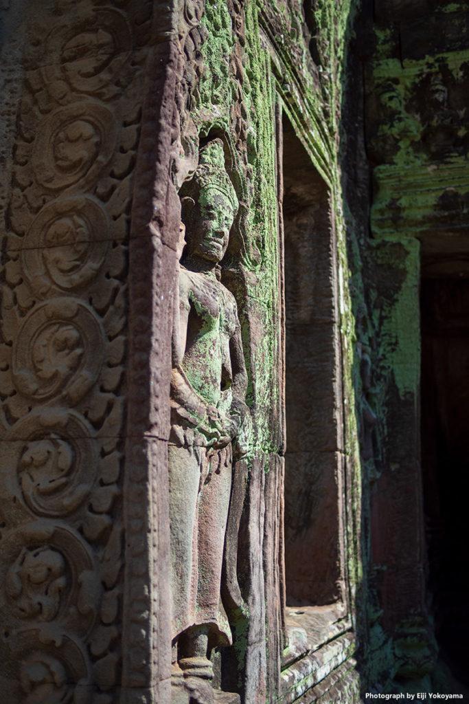 壁面に彫り込まれた仏像。