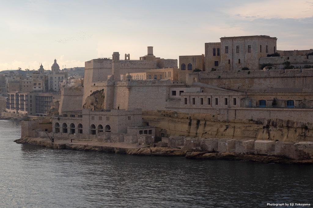 入港時、見えてきたのは古代遺跡に囲まれたような街並。遠くに来た、という感じがします。
