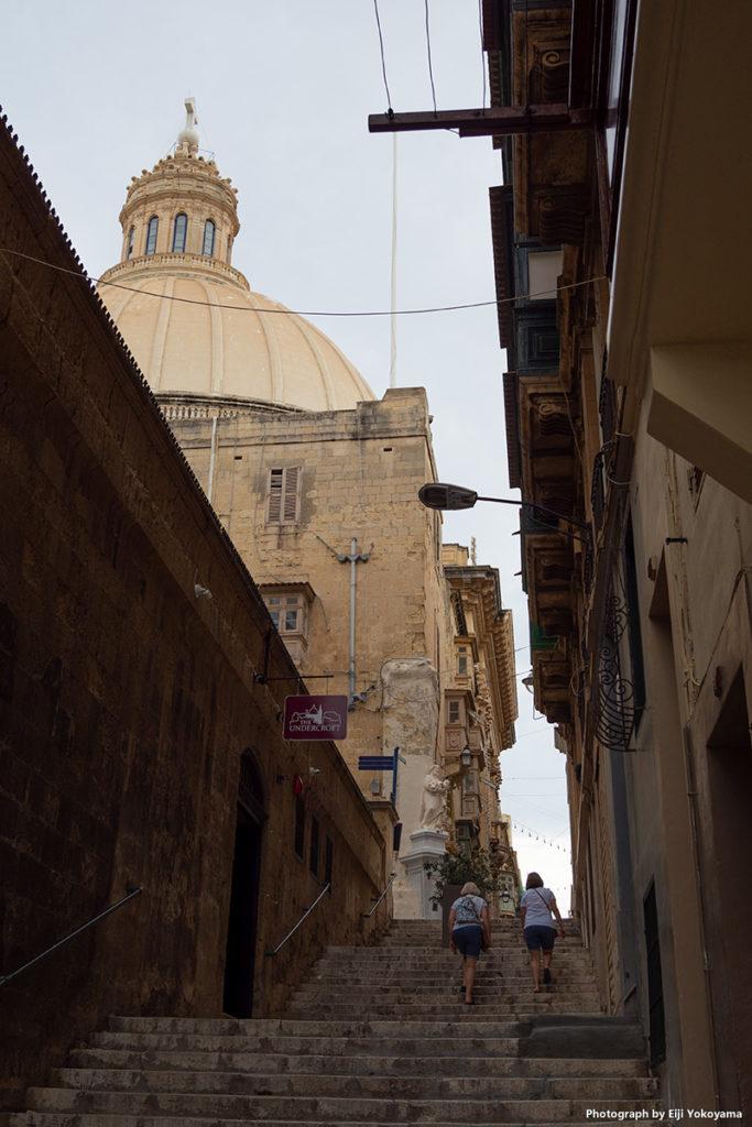 坂道、階段、教会の多い街です。