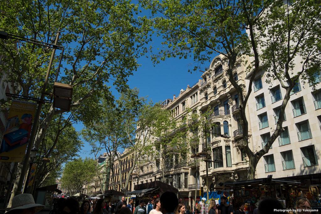 バルセロナのメインストリート、ランブラス通り。