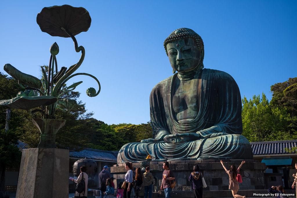 高徳院、鎌倉大仏。右下の女子がイイ味出してたので。多分SNS用の写真でも撮ってたのでしょう、楽しそうです!
