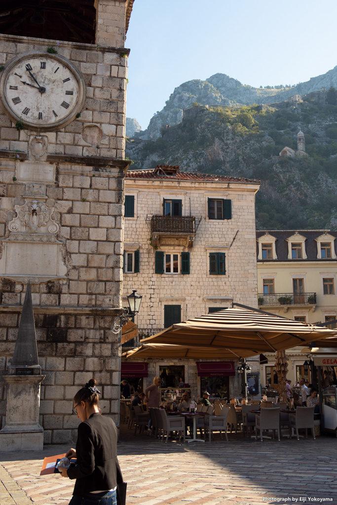 城壁の門をくぐってすぐの広場。古い時計台にカフェが。