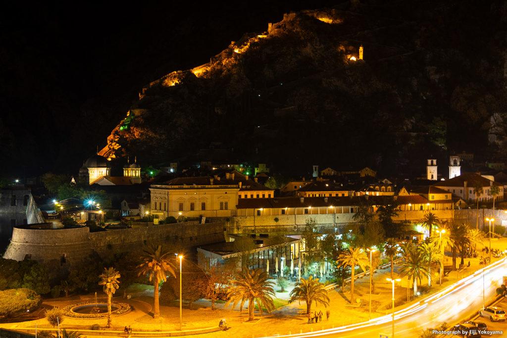 コトル、夜景。後ろは全て山、ライティングされた城壁だけが闇に浮かび上がっています。