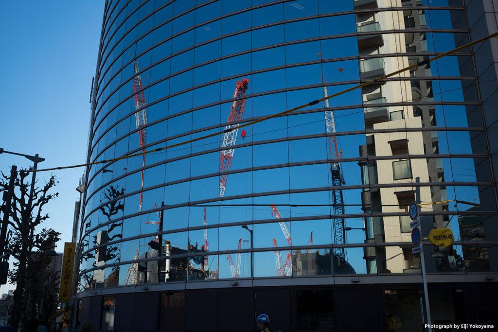 昨年12/6、外苑西通り。ビルのミラーガラスに映る新国立競技場建設現場。