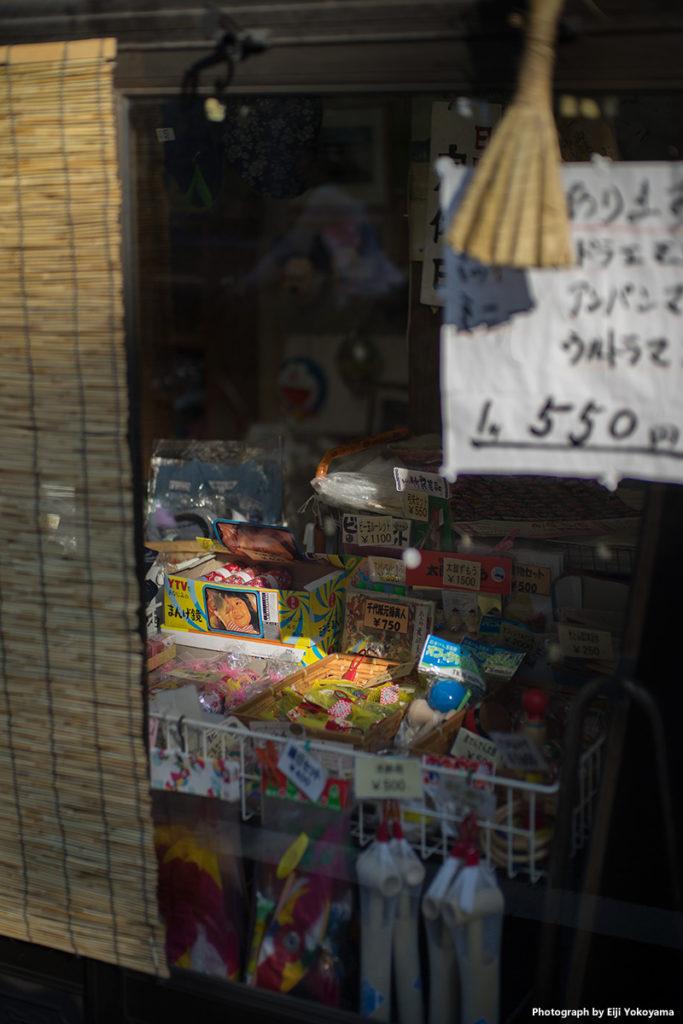 根津神社近くの駄菓子屋さん。おもちゃ屋さん?