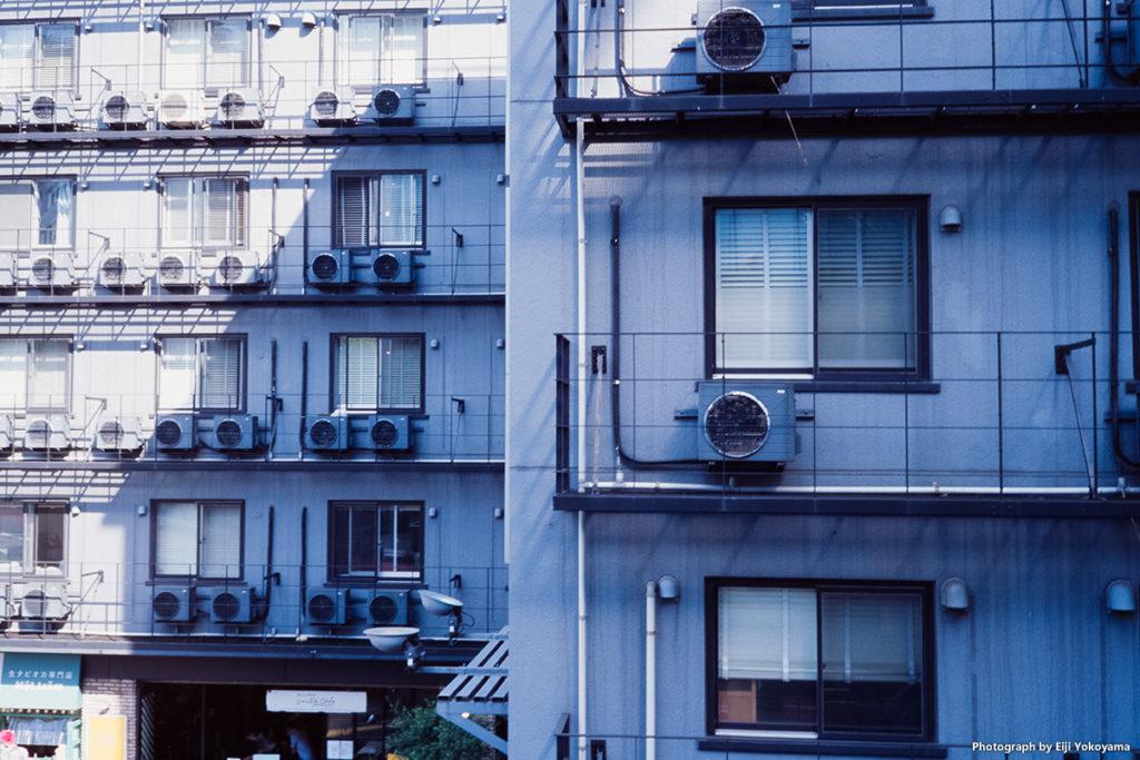 原宿、東郷神社近くのビル。香港映画に出てくるような、エアコン室外機群。