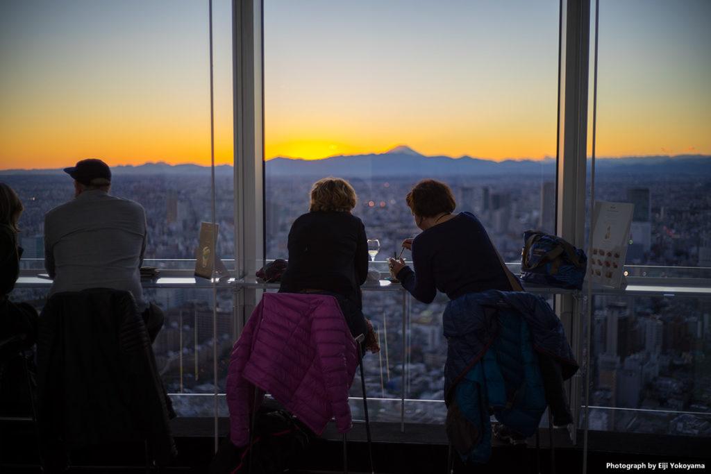 展望台はこんな感じです。窓に接したカウンターでお酒が飲めます。真ん中奥に富士山。