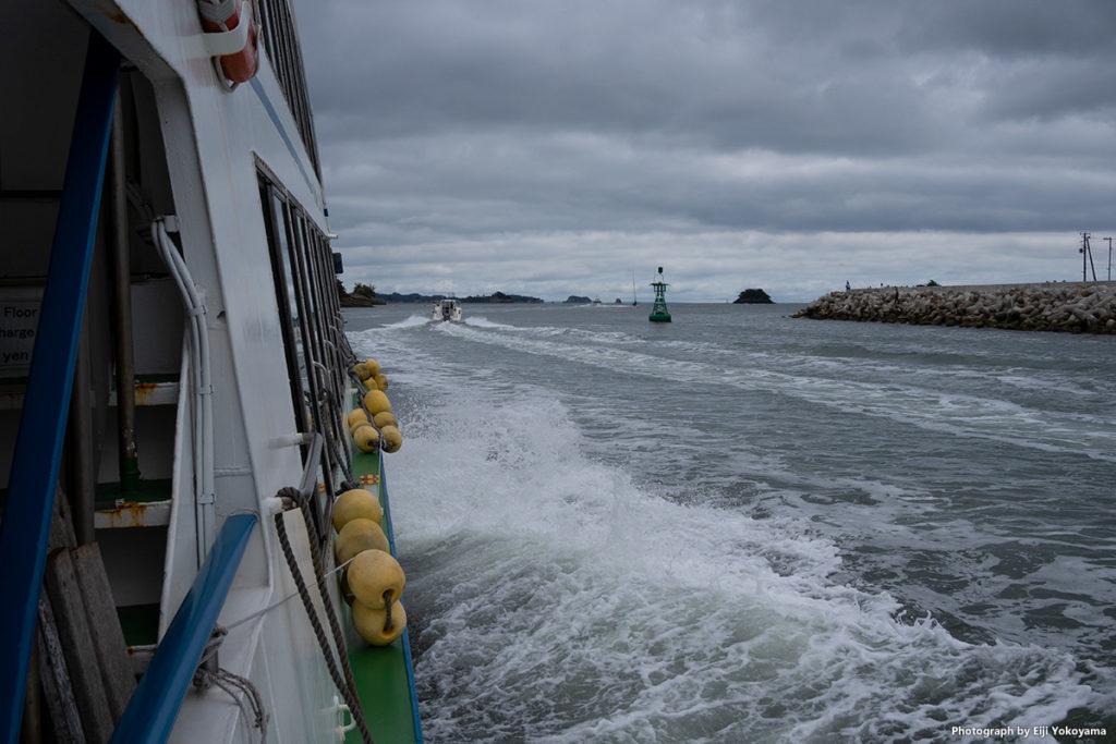 朝、どんよりした曇り空、塩釜港から観光船で松島へ。なかなかシブい景色です。