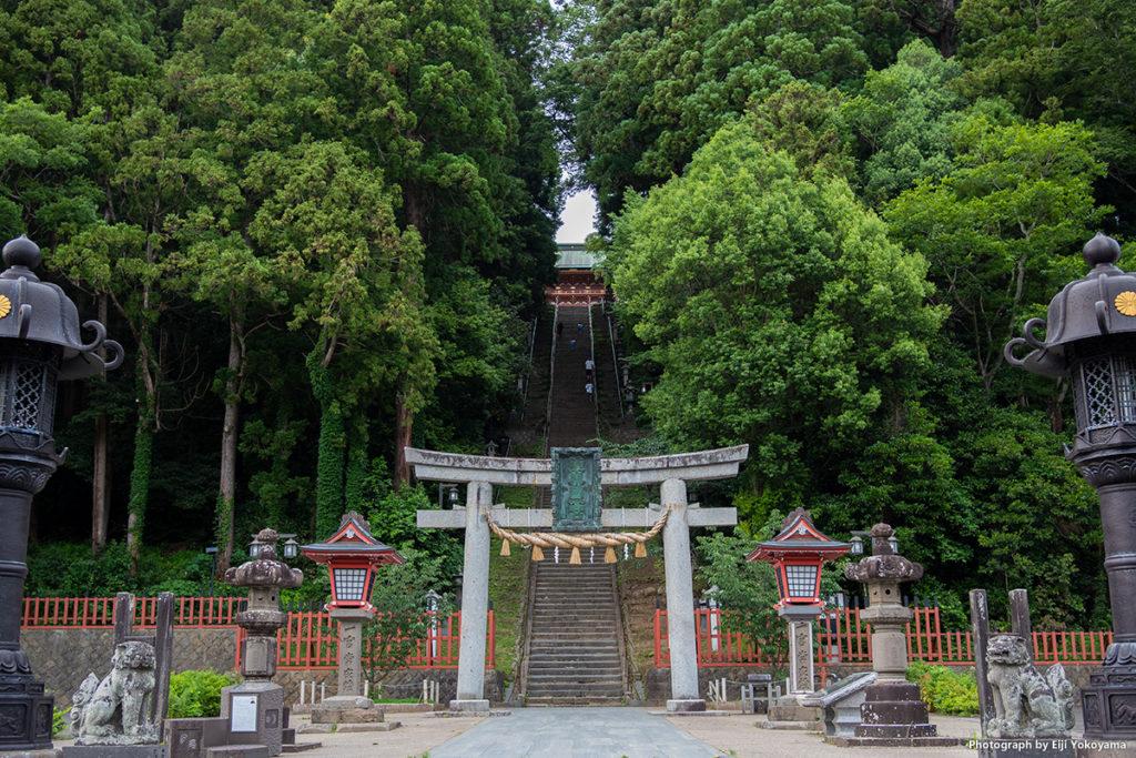 塩釜神社、石段。202段あり、東京・愛宕神社の倍以上。上り下りはかなりキツイ。