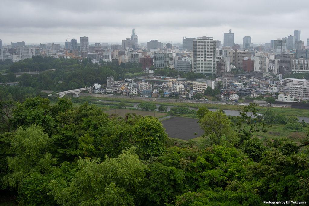 小雨に煙る仙台市街地。仙台城址より。