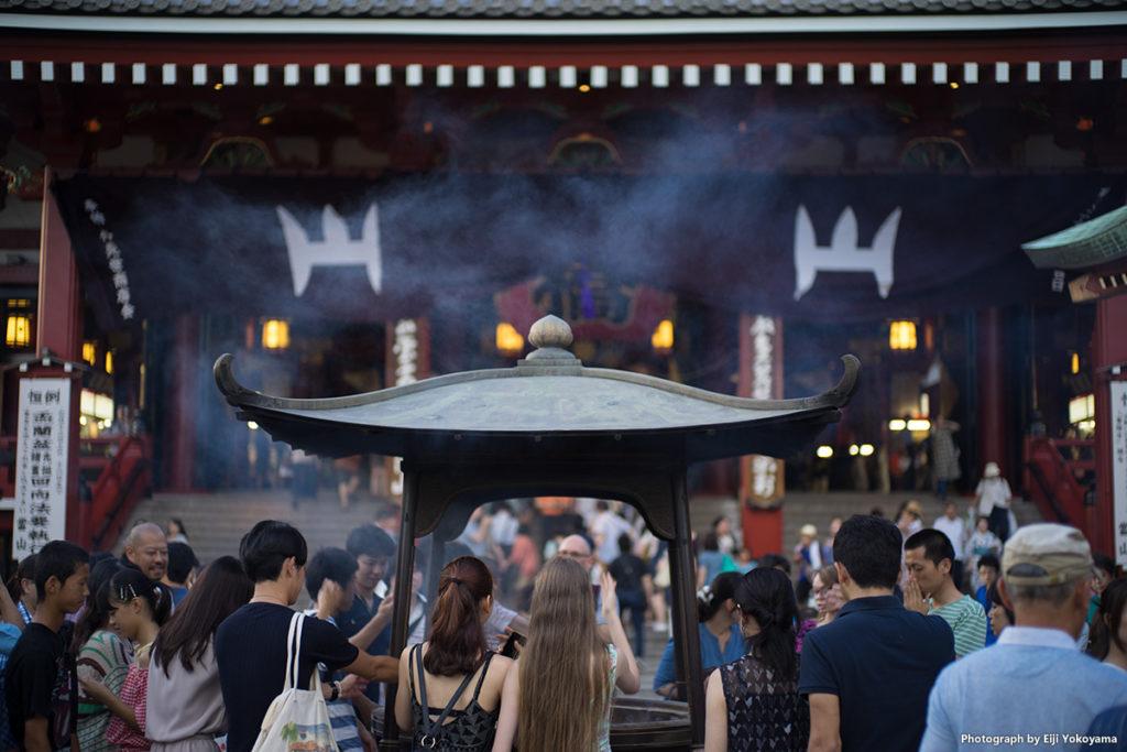 浅草寺、本堂前の大香炉。