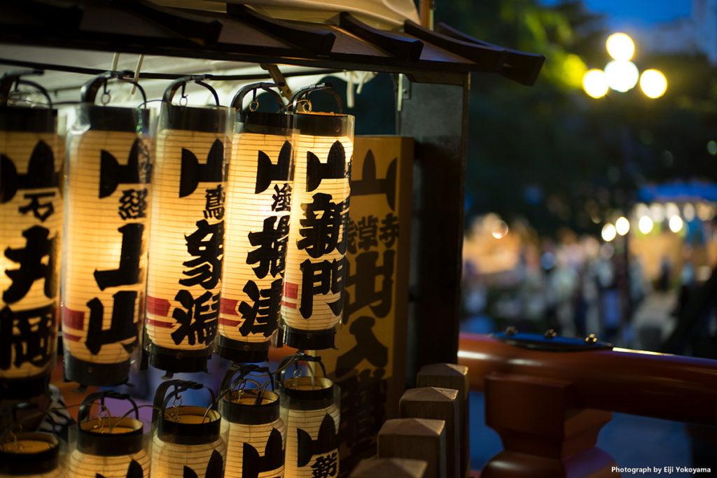 浅草寺本堂脇の提灯。