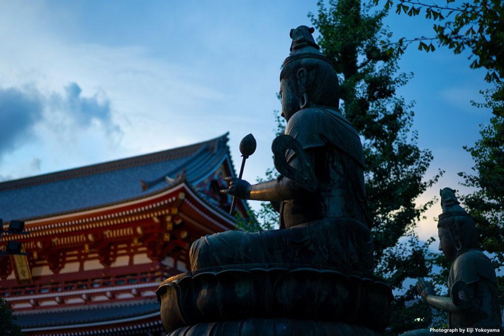 浅草寺・二尊仏。左奥は宝蔵門。
