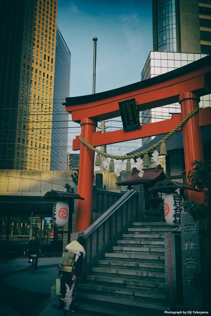 汐留の超高層ビル群をバックに日比谷神社の赤い鳥居。