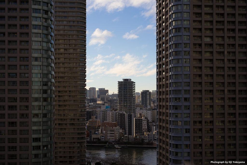 高層ビルの間から。α7IIで撮影。レンズは、LEICA SUMMILUX-M 50mm f/1.4 ASPH.