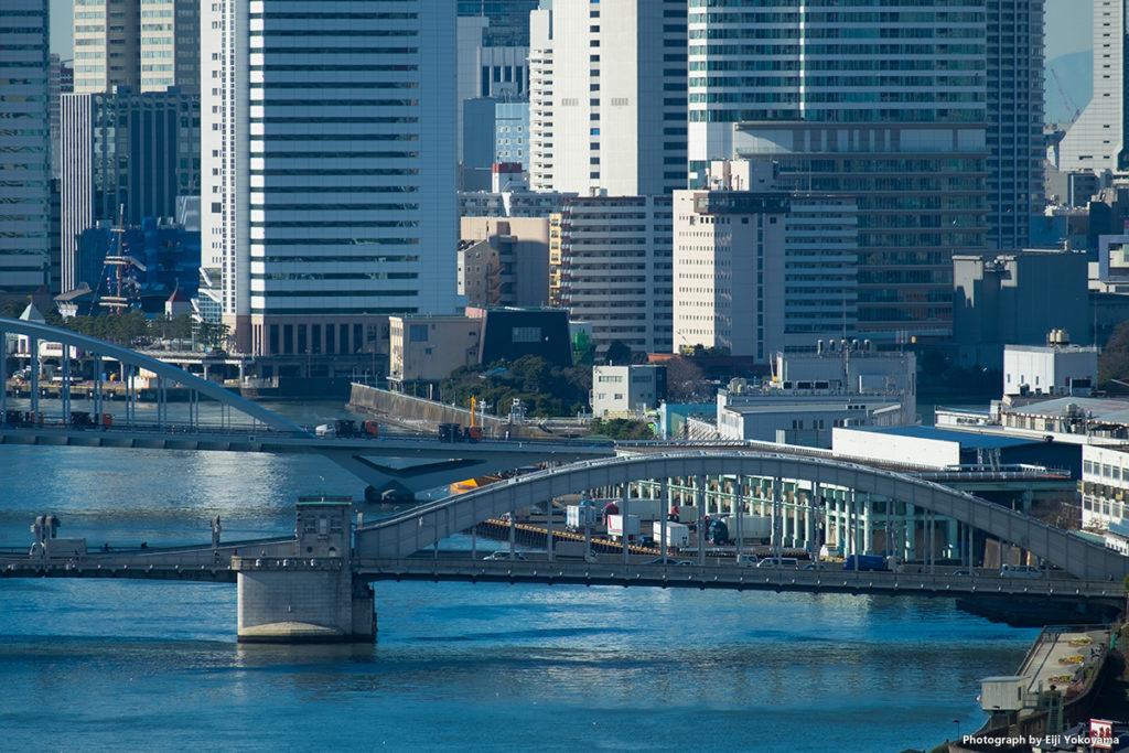 勝鬨橋。右に、今年11月移転の築地市場。X-T10で撮影。