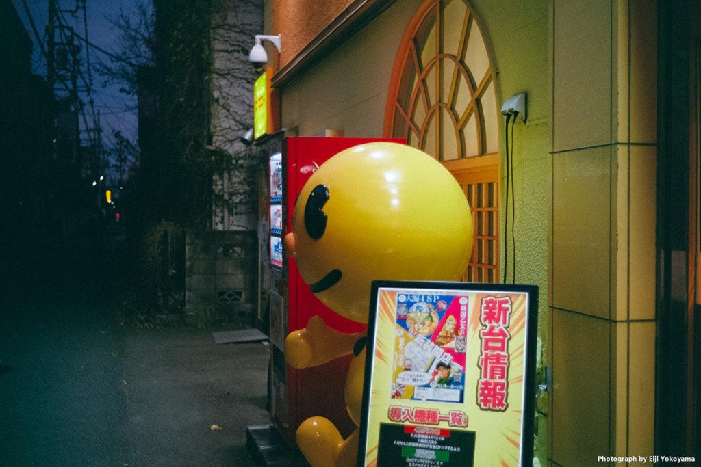 商店街の外れにあるパチンコ屋さん。入り口横にちょっと面白いキャラクターが。